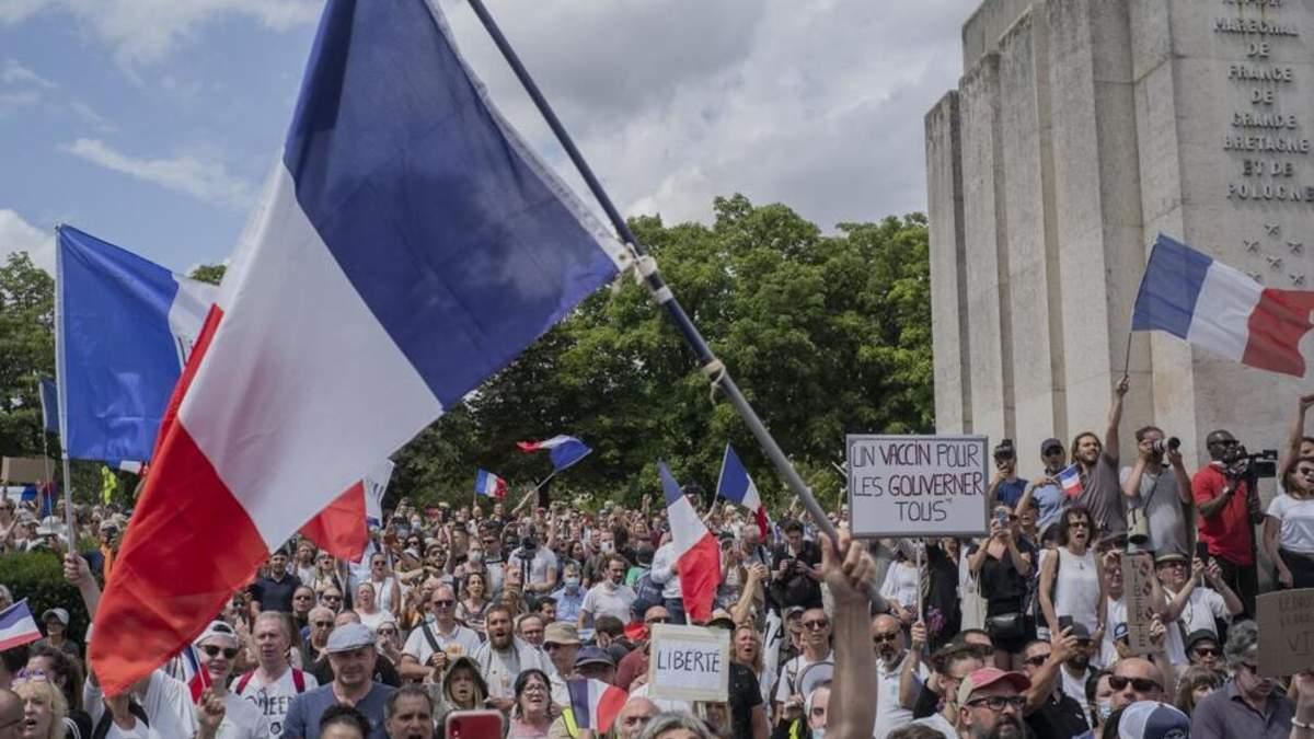 Во Франции протестовали через вакцинацию: произошли столкновения