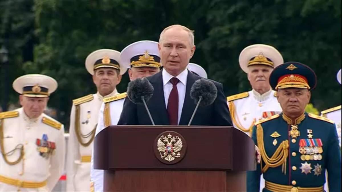 Росія може знищити будь-якого супротивника, – Путін на параді ВМФ