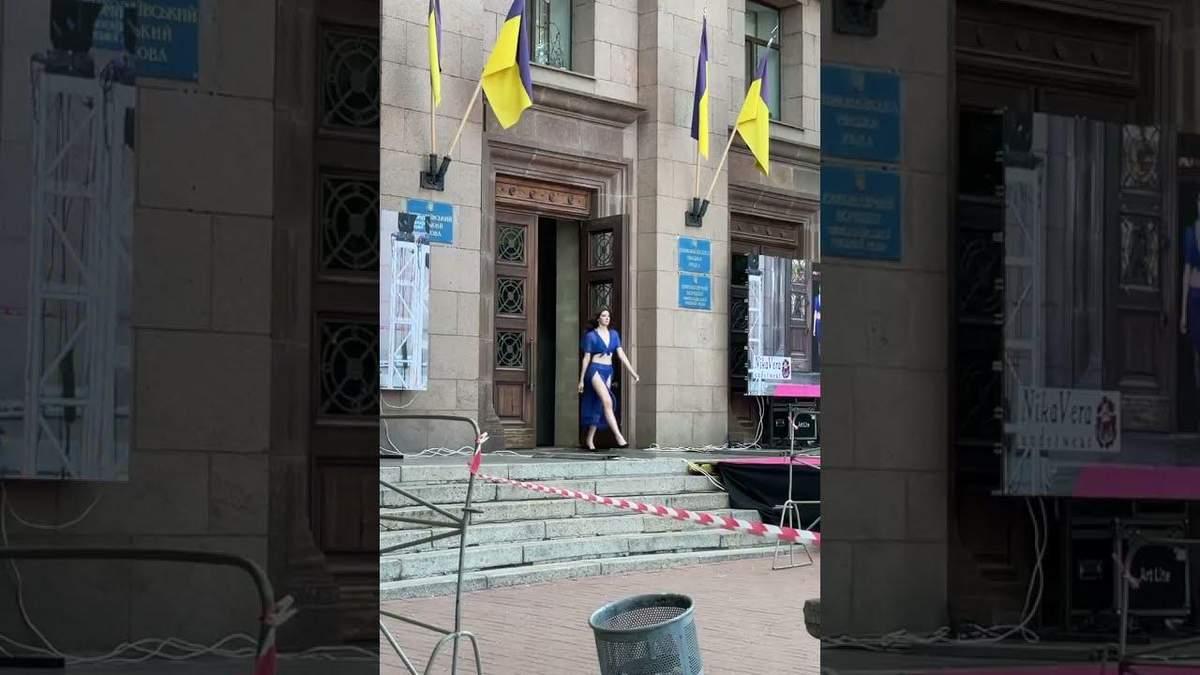 У Миколаєві показ мод влаштували у міській раді: відео