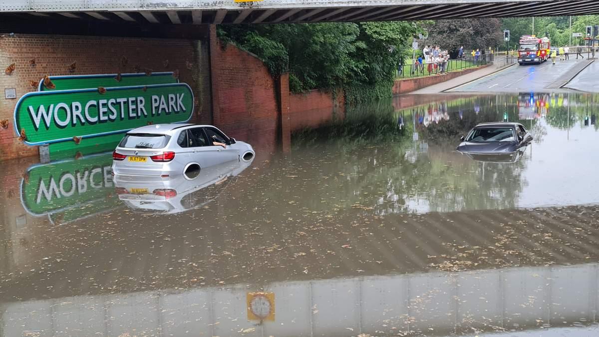 Мощный ливень в Лондоне затопил дороги и станции метро