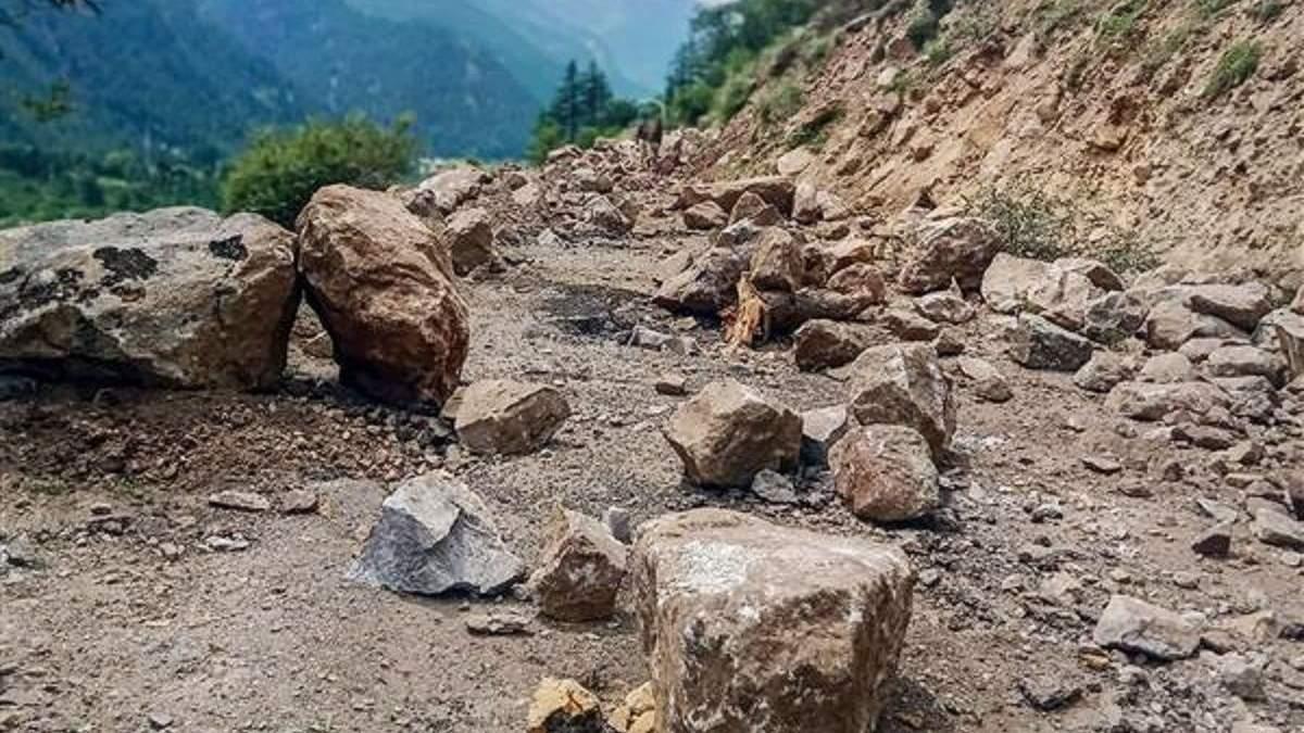 Камнепад в Индии: погибли 9 человек - видео падения глыб