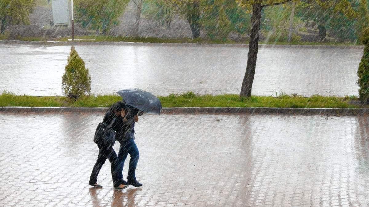Непогода идет в Украину: в июле 2021 в областях будут грозы и жара
