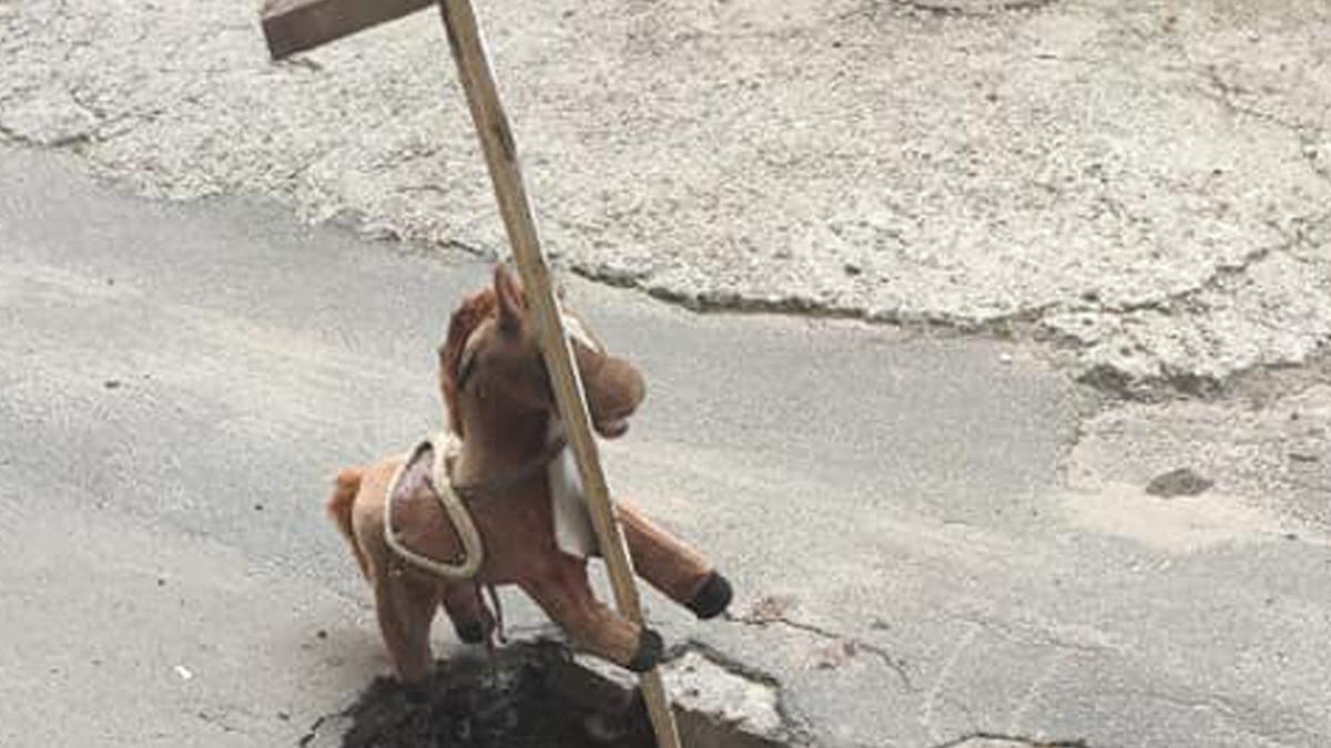 В Киеве игрушечный конек предупреждает водителей о яме