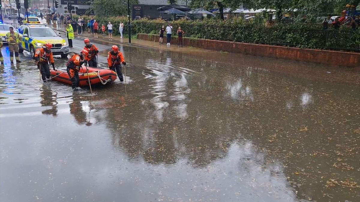 Непогода в мире: наводнения в Великобритании, пожары в Италии – видео