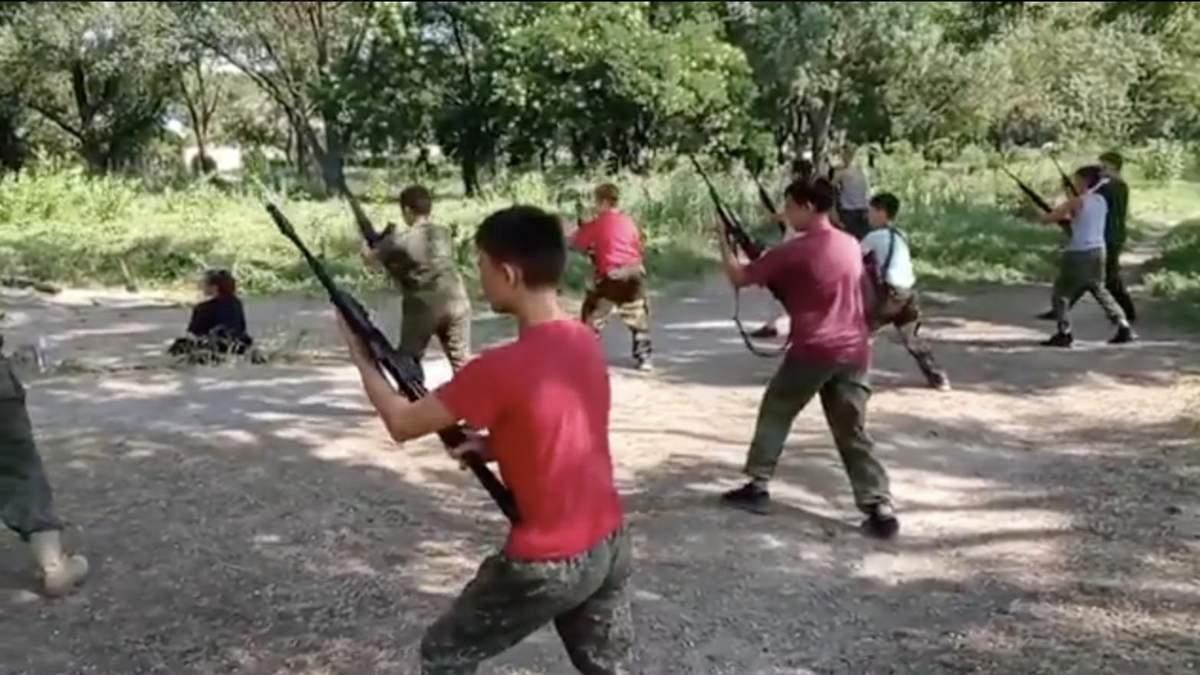 Офіцер ЗСУ показав, як окупанти в Криму готують дітей: відео