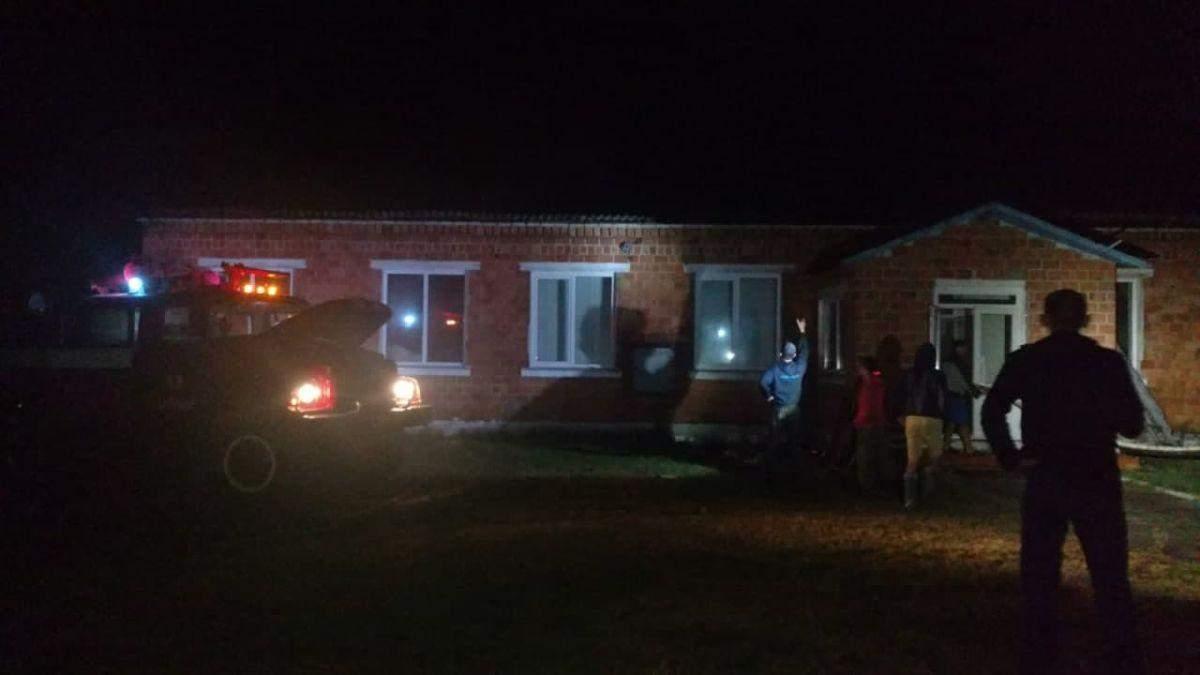 Тушили всю ночь: в Ровенской из-за удара молнии загорелась школа
