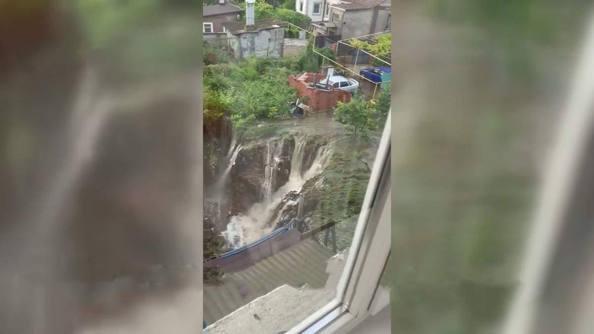 В Одессе частный дом повис над пропастью: жуткие последствия ливня