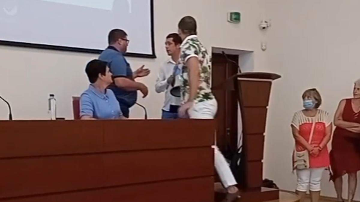 Мэр Украинки подрался с активистом во время сессии горсовета