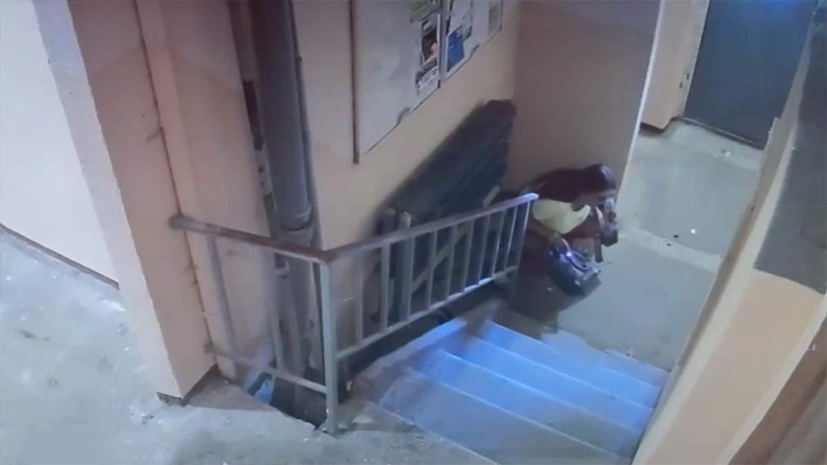 Женщина сходила в туалет в подъезде в Харькове: сняли на видео