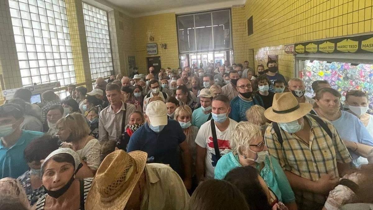 После Крестного хода в Киеве 27 июля 2021 верующие образовали коллапс в метро: видео