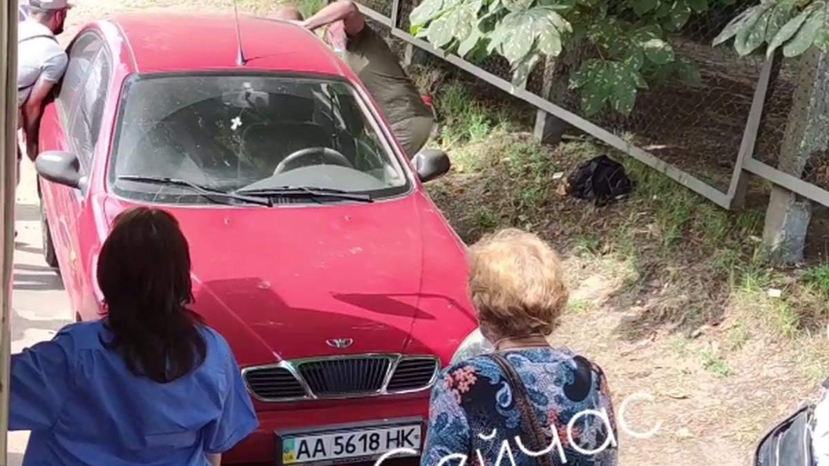 У Києві водій та пасажири трамваю штовхали з колій припарковану машину