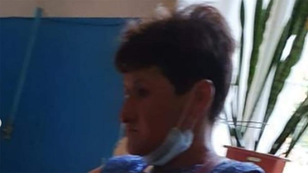 Под Запорожьем мать не пускала в туалет и таскала за уши девочку: видео