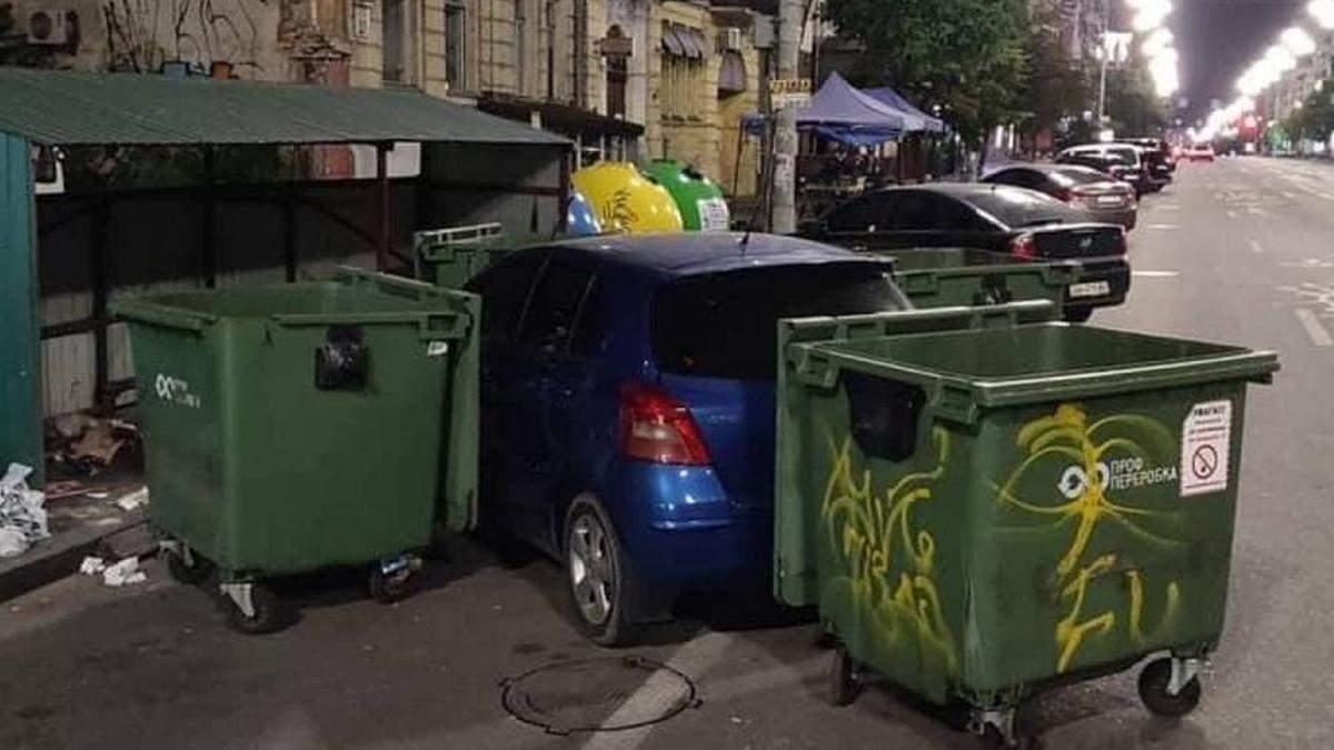 В Киеве водитель мусоровоза наказал героя парковки
