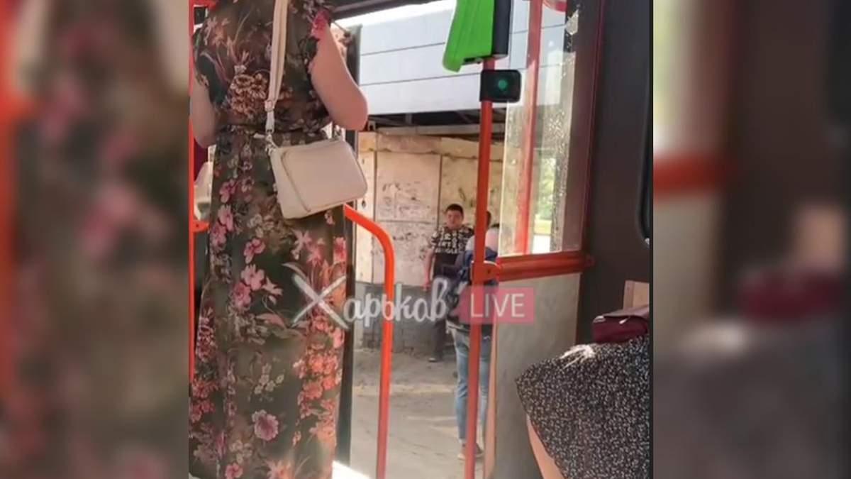 Водій зупинив трамвай, щоб покурити з другом у Харкові: відео