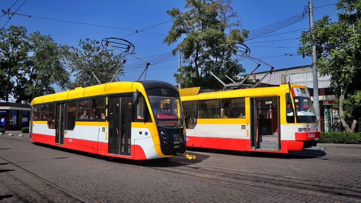 Мужчина врезался лицом в трамвай в Одессе: не заметил