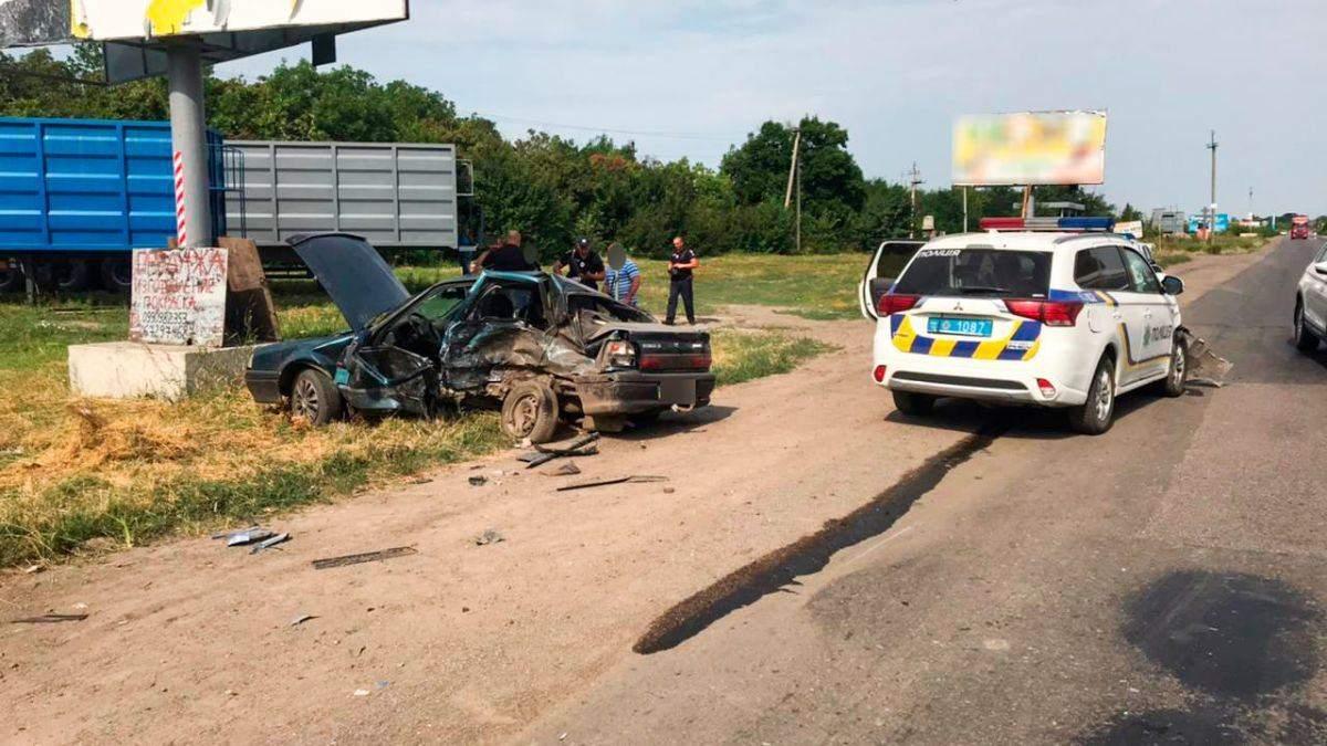 Авто розім'яло: на Миколаївщині в ДТП втрапила машина поліції
