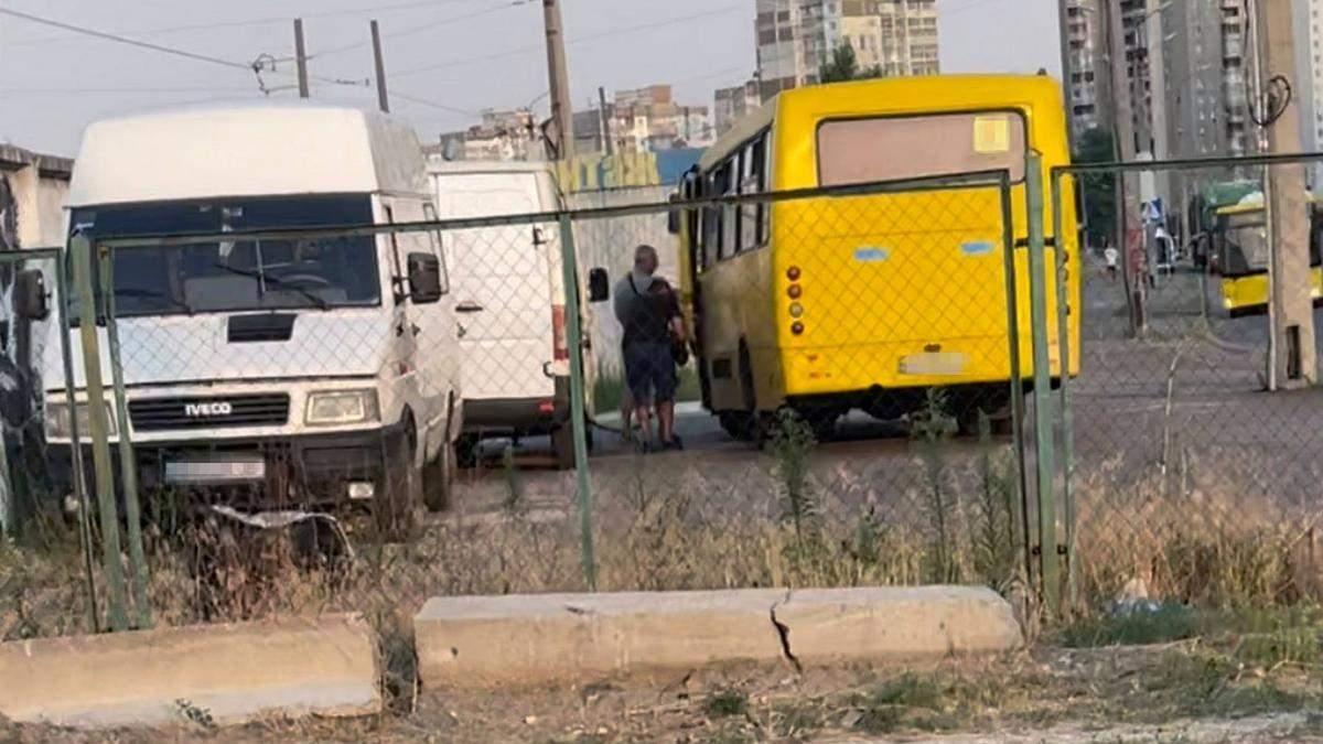 У Києві чоловік з пересувної АЗС заправляв маршрутки з власного буса