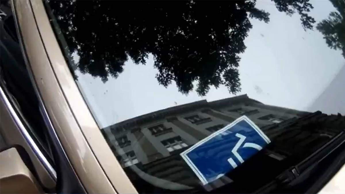 Места для водителей с инвалидностью: отель раздавал клиентам наклейки