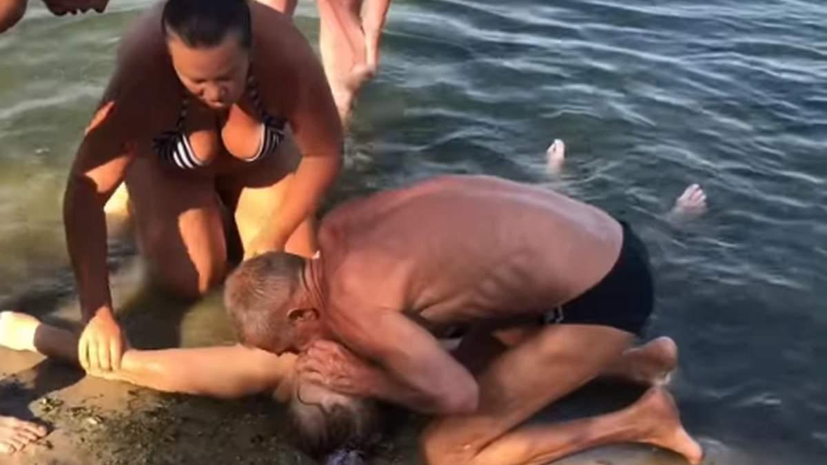 В Смеле пенсионерка потеряла сознание из-за инсульта во время купания