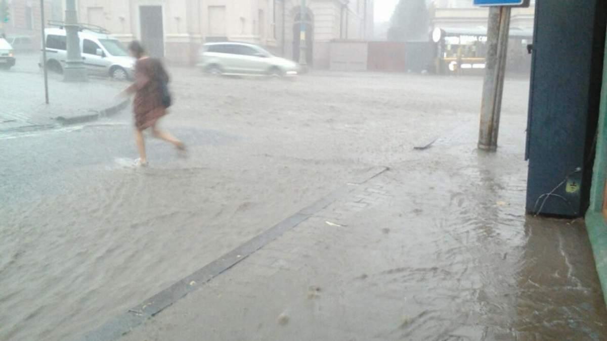 Внезапный ливень подтопил Черновцы: на улицах реки – фото, видео