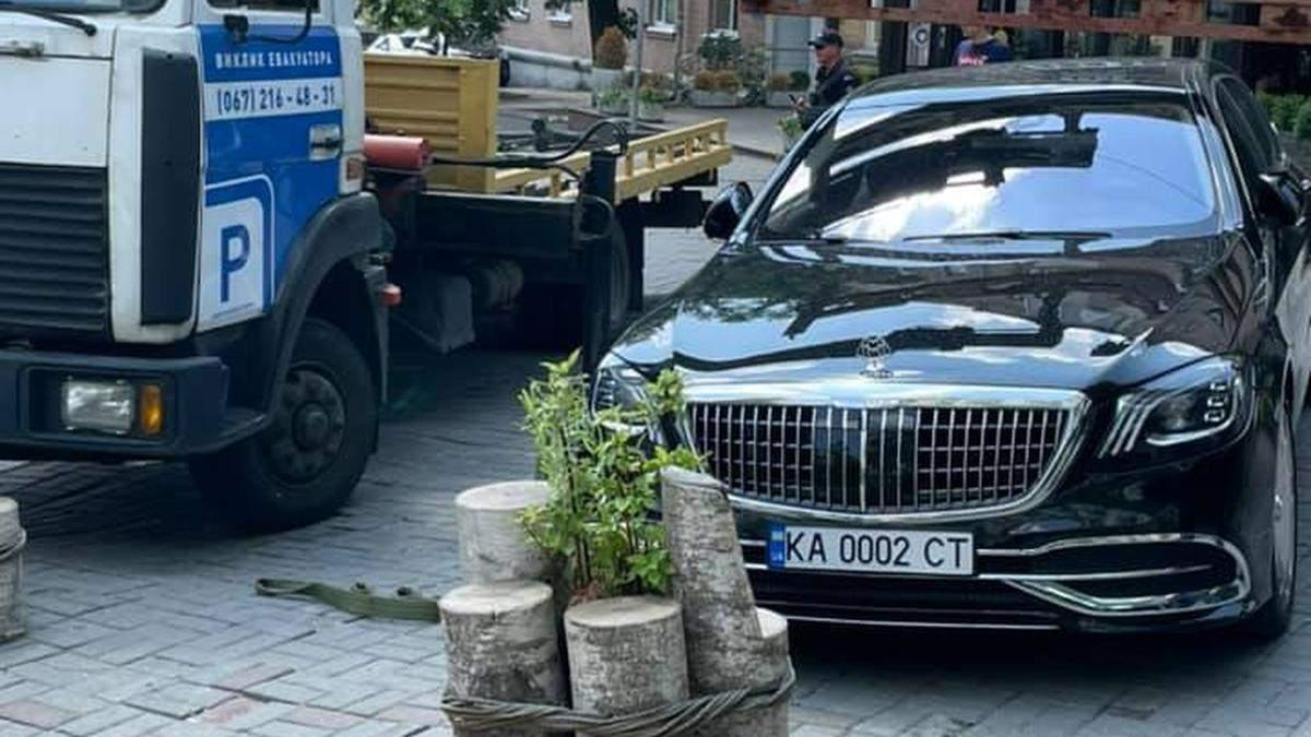 У центрі Києва евакуювали Maybach з елітними номерами