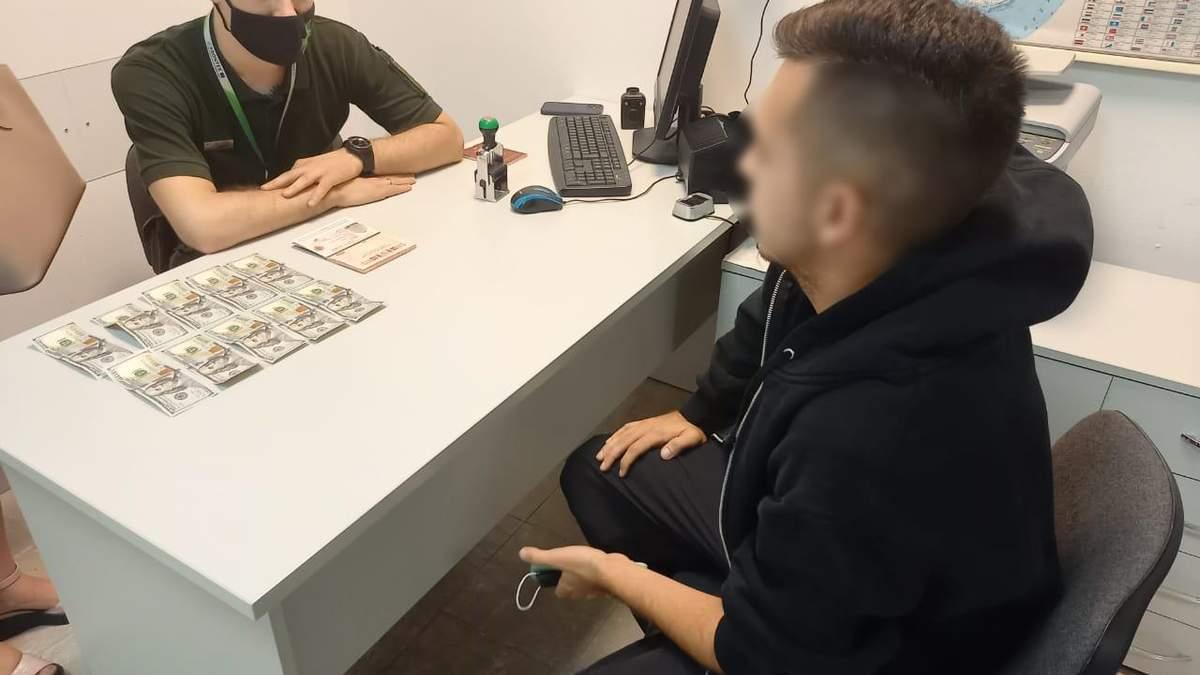Пограничник посмеялся над россиянина, который давал ему взятку