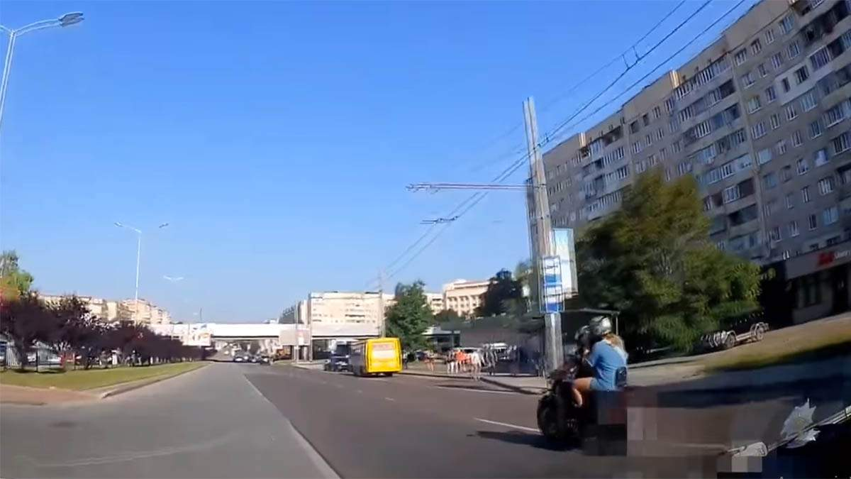 Во Львове патрульные пешком догнали мотоциклиста: видео
