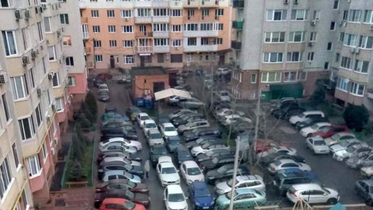 В Киеве опровергли слухи о платных парковках во дворах