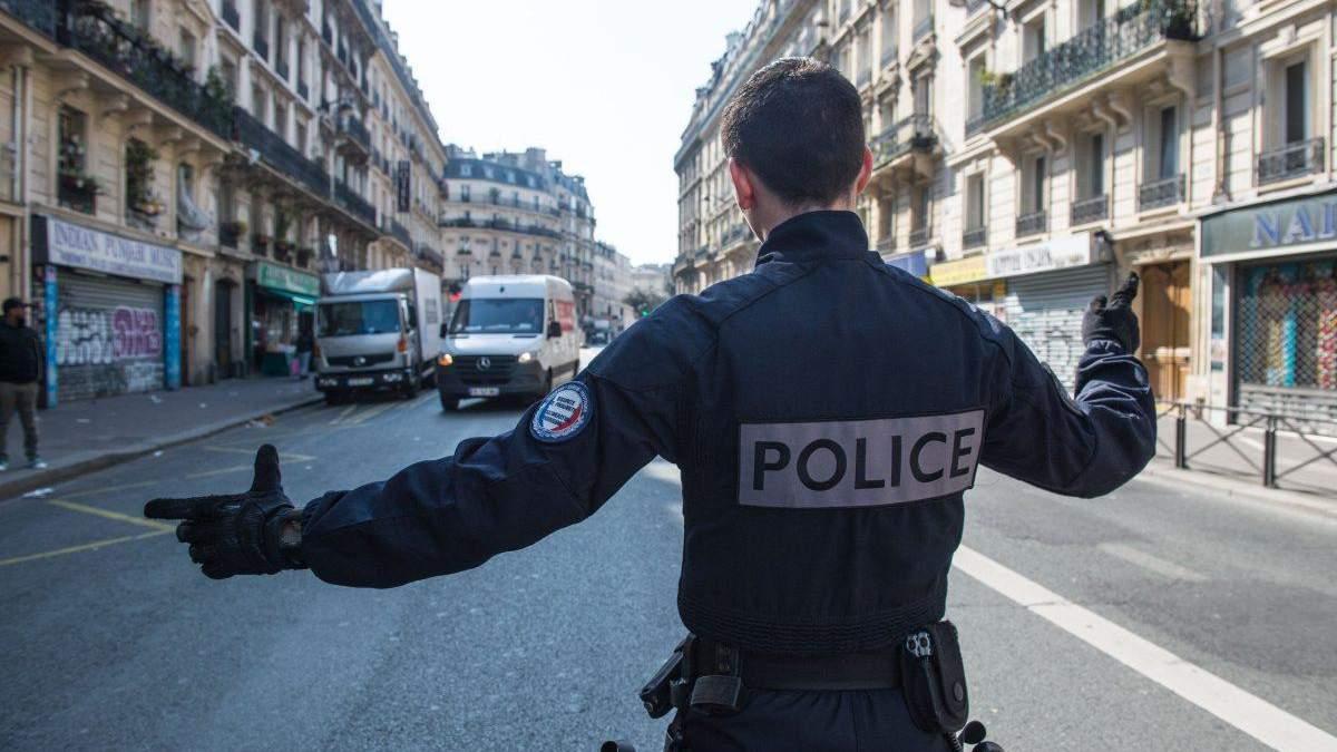 У Парижі водії автівки в'їхав у терасу кафе і втік: є жертви