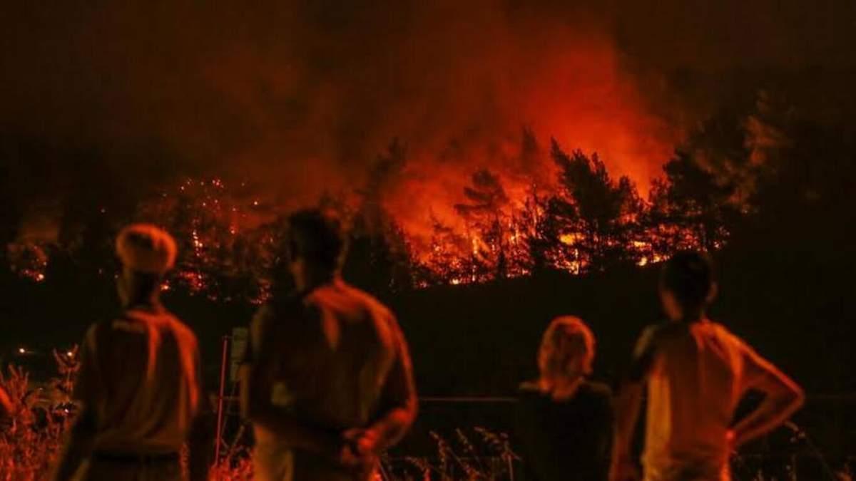 Лесные пожары в Турции: в Мармарисе люди ночевали на пляже