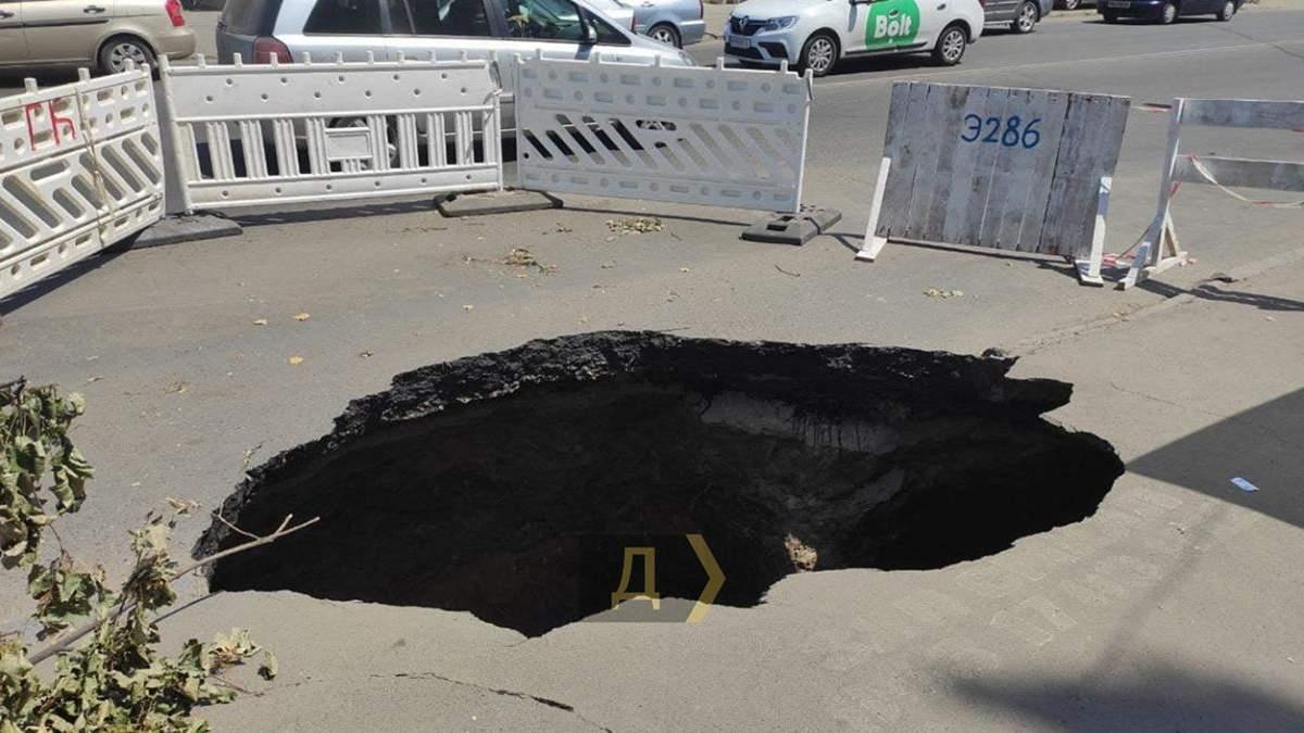 Провалля в Одесі ене ремонтують: яка причина – фото
