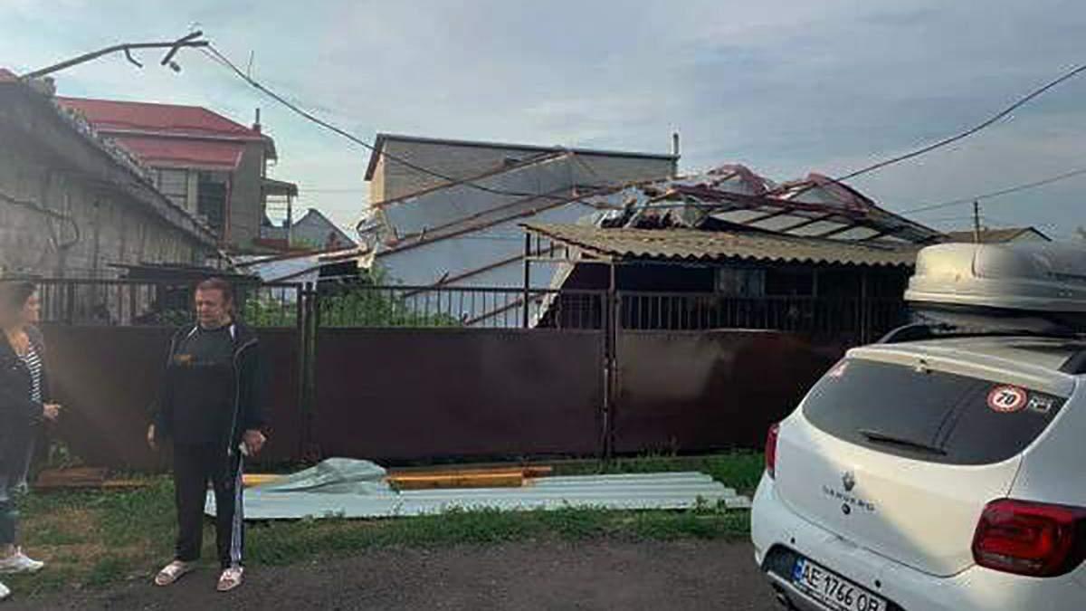 Сорвало крышу и валило деревья: непогода на Харьковщине и в Днепре