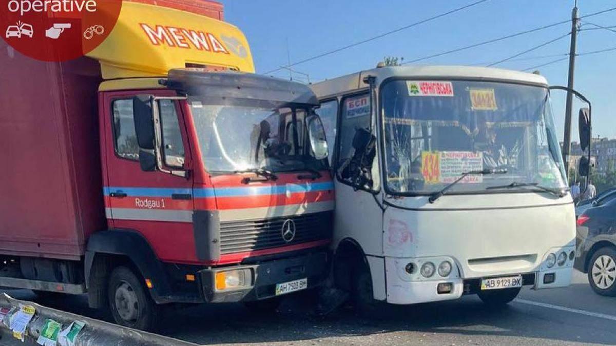 В Киеве на Черниговской грузовик врезался в маршрутку: фото