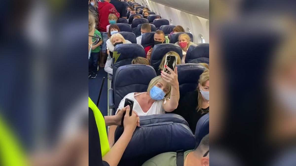 Конфлікт через маску в літаку до Анталії: як прокоментувала