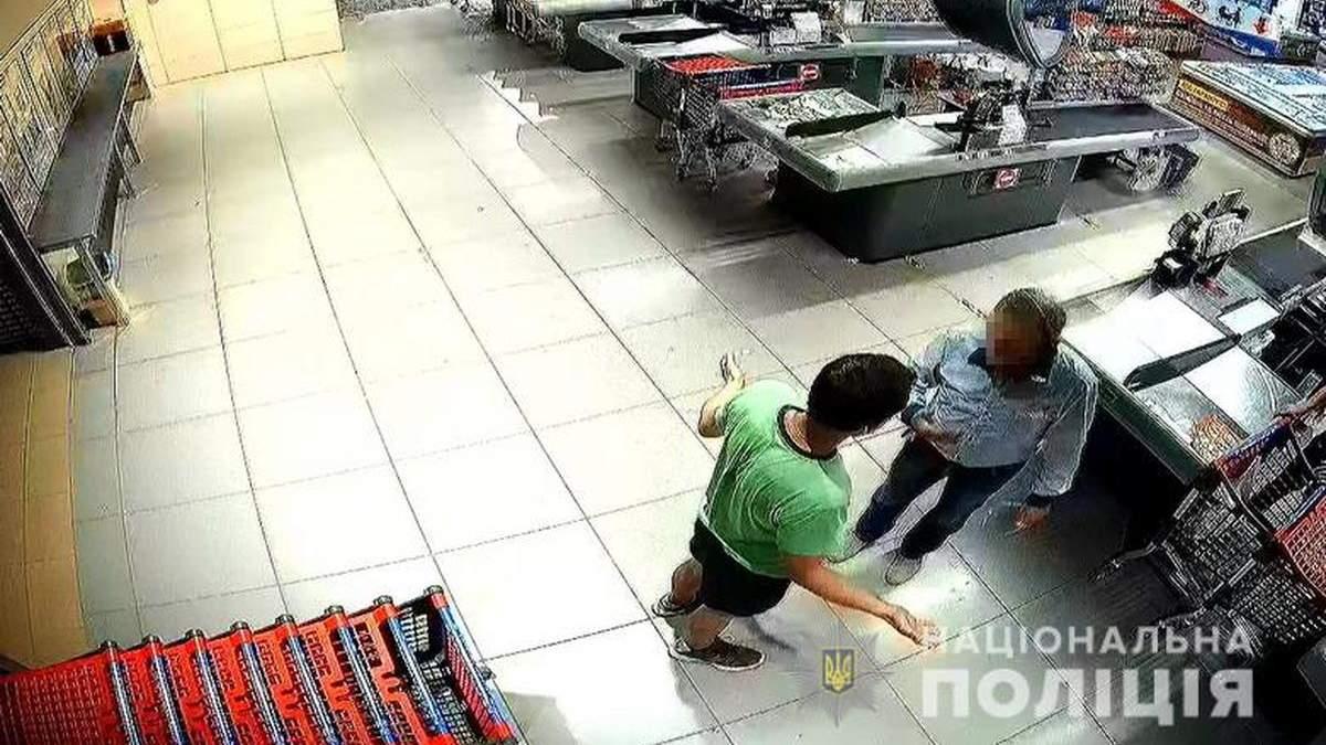 В Киеве парень жестко избил пожилого охранника супермаркета