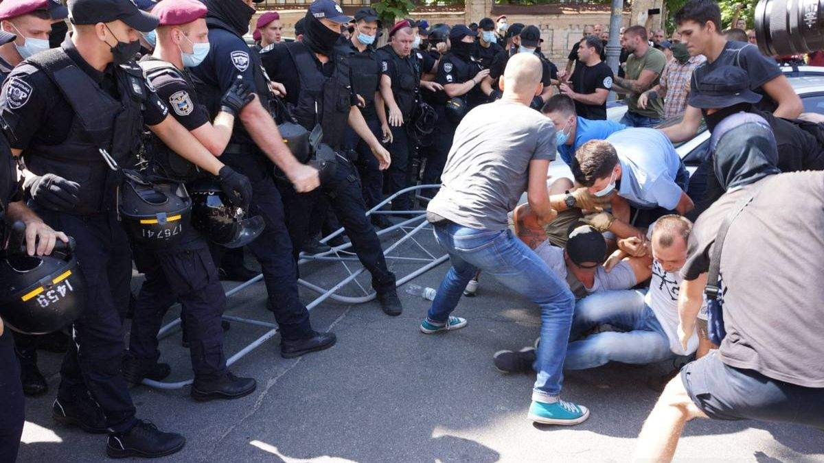 Під Офісом Президента виникли сутички, була акція ЛГБТ-спільноти: фото