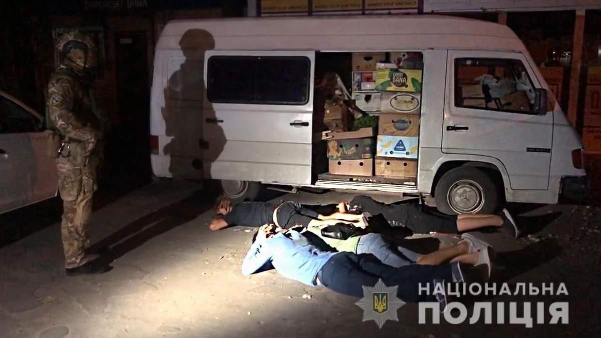 Избили и ограбили предпринимателя в Одессе: видео