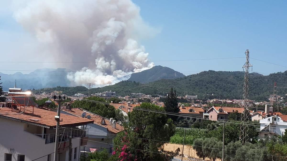 Пожары в Турции: в курортном Мармарисе частично перекрыты дороги
