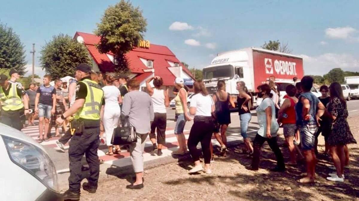 На Прикарпатье в ДТП пострадала девочка: селяне перекрыли дорогу