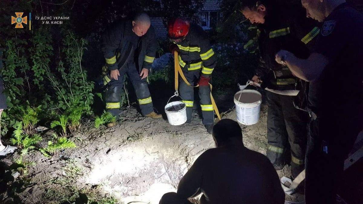 Поховало живцем: чоловік у Києві загинув, коли копав криницю у дворі