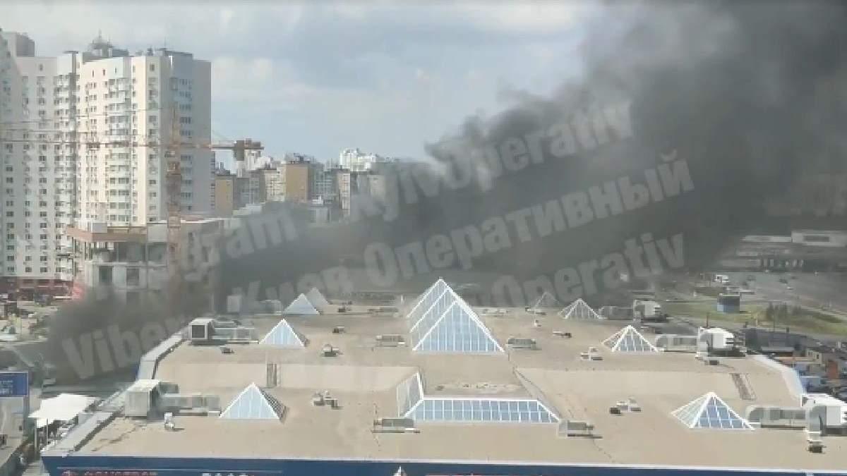 У Києві сталася велика пожежа біля Піраміди