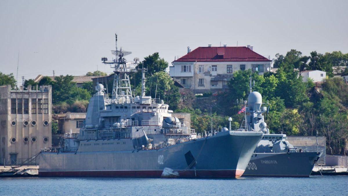 Оккупанты подняли триколор над украинским кораблем Ольшанский