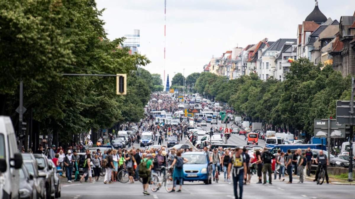 У Берліні тисячі людей протестували проти карантинних обмежень