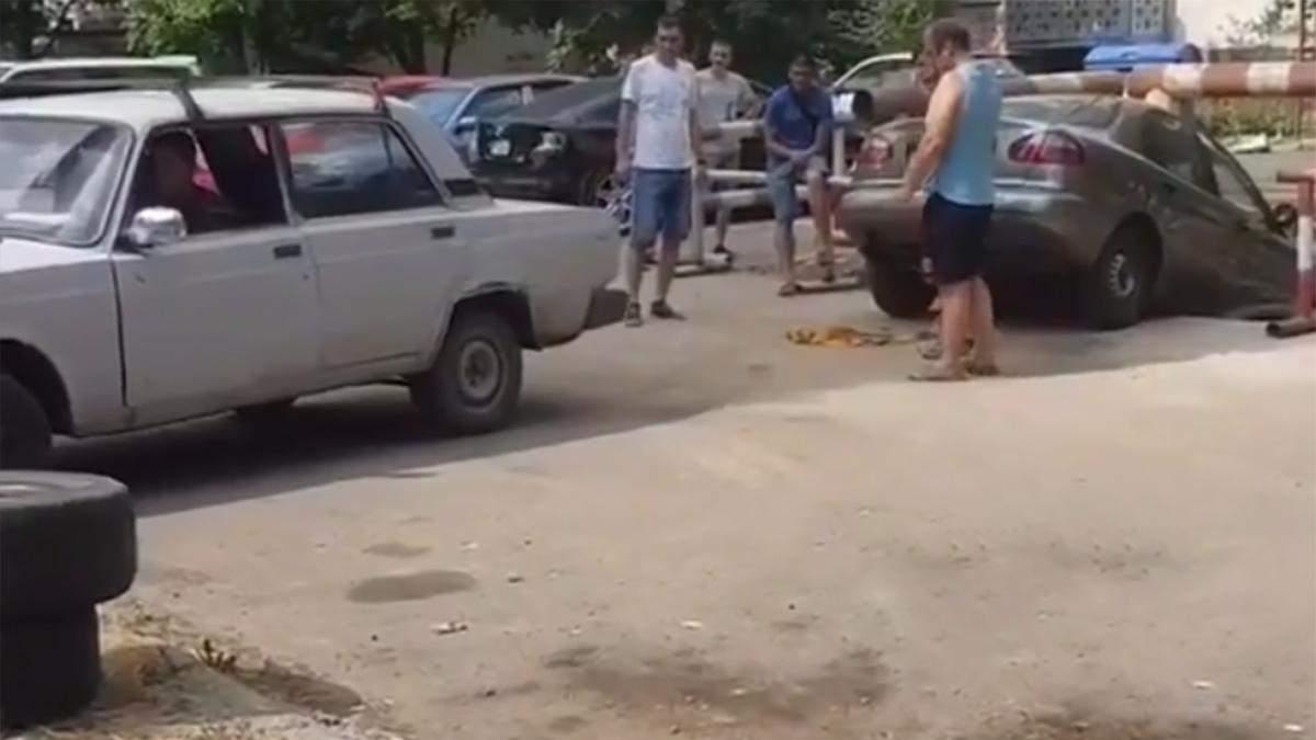 Lanos провалився в яму комунальників в Одесі: подають у суд