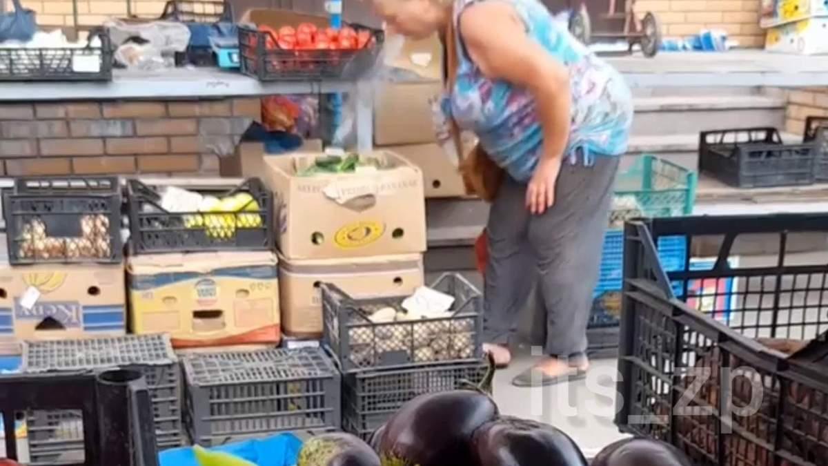 У Запоріжжі продавчиня обплювала прилавок з овочами: відео