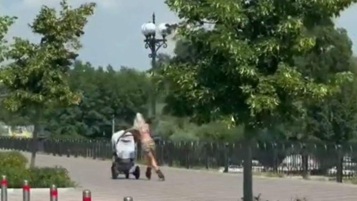 У Києві спортивна мама з візочком каталась на роликах: відео