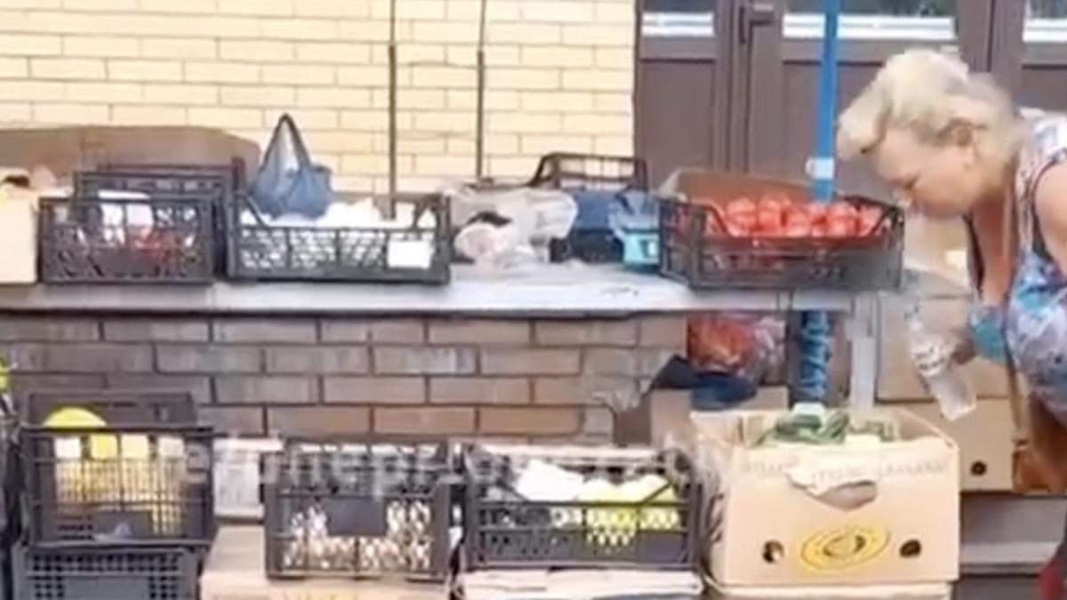 В Запорожье продавец на рынке плевала на овощи – отвратительное видео