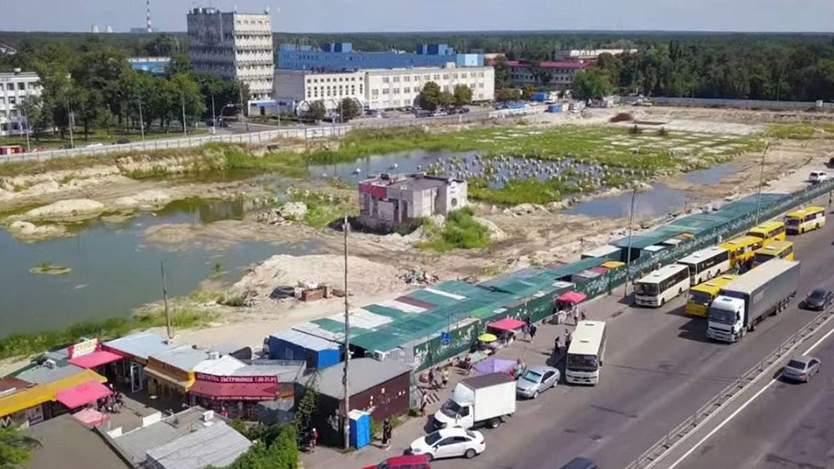 У Києві на місці недобудови утворилось озеро й оселились качки
