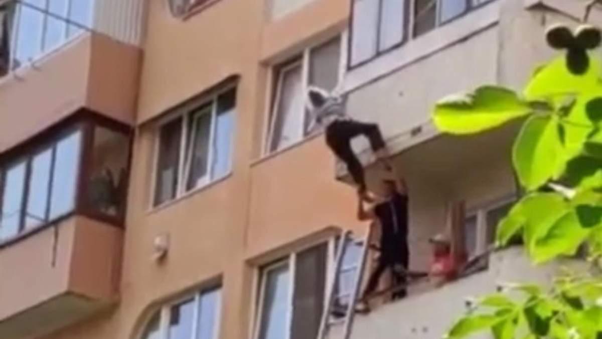 На Тернопольщине женщина выпала с балкона и зацепилась за веревки