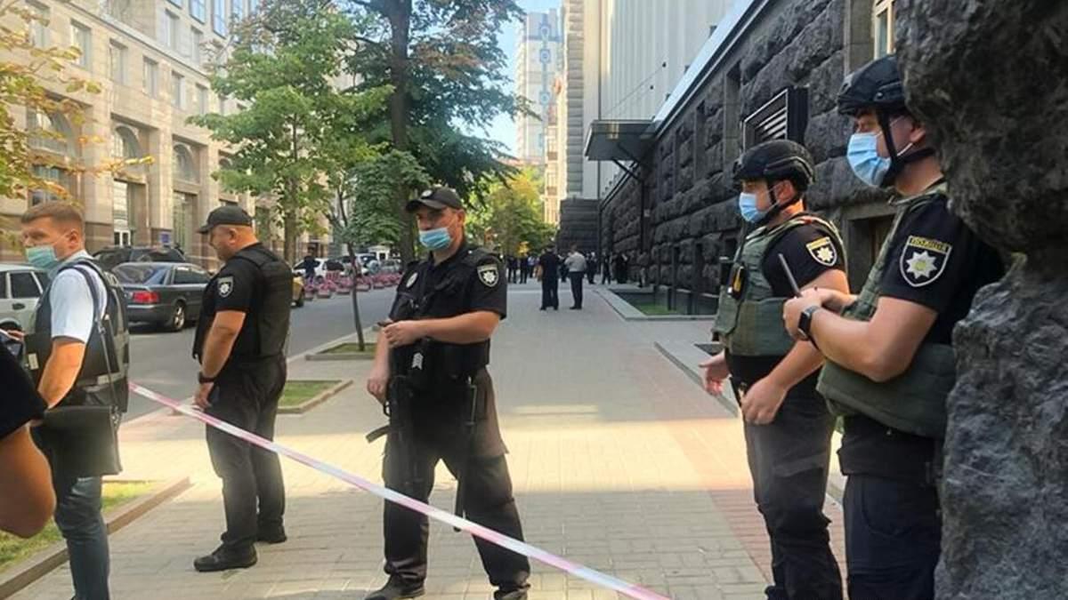 Мужчина с гранатой вошел в Кабмин: полиция проводит спецоперацию